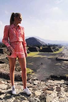Der beeindruckende Blick über die prähistorische RuinenstadtTeotihuacán lenkt fast von Lady Kittys pinkfarbener Paileymuster-Kombi ab, die sie mit bequemen Turnschuhen trägt. Dieses Outfit stammt, um das Outfit-Trio komplett zu machen, ebenfalls von Zimmermann.