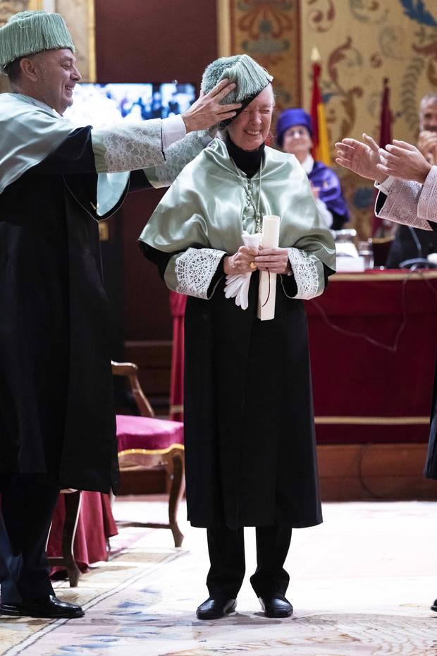 15. Dezember 2018  Passt, wackelt und hat Luft! Die berühmte Verhaltensforscherin Jane Goodall bekommt in Madrid den Ehrendoktor der Complutense Universität verliehen, ein bedeutendesund wohl auch amüsantes Ereignis für diePrimaten-Expertin.