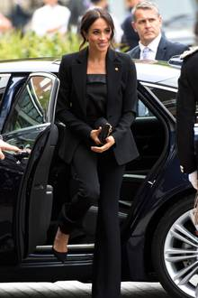 1. Power Suit statt Hosenzug  Herzogin Meghan bezaubert bei öffentlichen Auftritten regelmäßig in Hosenanzügen. In ihrem royalen Kleiderschrank findet man mehrere Modelle in gedeckten Farben. Im kommende Frühjahr trägt man den modischen Alleskönner allerdings in knalligen Statement-Farben, wie man bereits auf den Laufstegen von Salvatore Ferragamo oder Hugo Boss bewundern konnte. Unser Tipp: Wer Grau, Schwarz und Weiß dennoch vorzieht, kann alternativ auch zu glänzenden Materialien greifen.