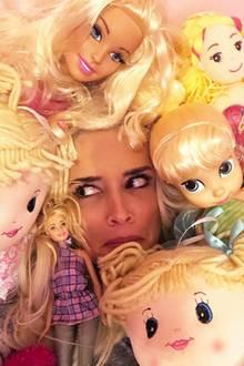 """""""Wenn du gefragt wirst, ob die heute Nacht alle in deinem Bett schlafen dürfen"""", schreibt Daniela Katzenberger zu diesem Schnappschuss inmitten von Töchterchen Sophias Puppensammlung."""