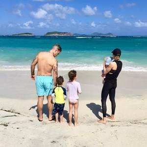 """16. Dezember 2018  Ayda Field freut sich über den Strandurlaub mit Ehemann Robbie Williams und den gemeinsamen Kindern. """"Familienzeit"""" schreibt sie unter das Foto, auf dem die fünfköpfige Familie vor einer Traumkulisse posiert. Wo das Bild aufgenommen wurde, will Ayda aber nicht verraten."""