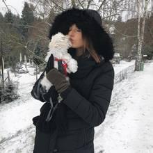 """Gut, dass Céline Bethmann einen Kuschelpartner gefunden hat. Da erträgt sich die Winterkälte doch gleich etwas leichter. Der süße Maltipoo scheint das Herz des Models erobert zu haben. """"Meine kleine Schneeflocke"""", nennt Céline ihren vierbeinigen Freund scherzhaft."""