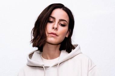 """Textiler Post: """"I am stronger now"""", steht auf Lenas Sweatshirt, das über den Onlineshop ihres Labels erhältlich ist. Eine klare Message an ihre anonymen Kritiker im Netz, die sicherlich auch anderen jungen Menschen Mut macht."""