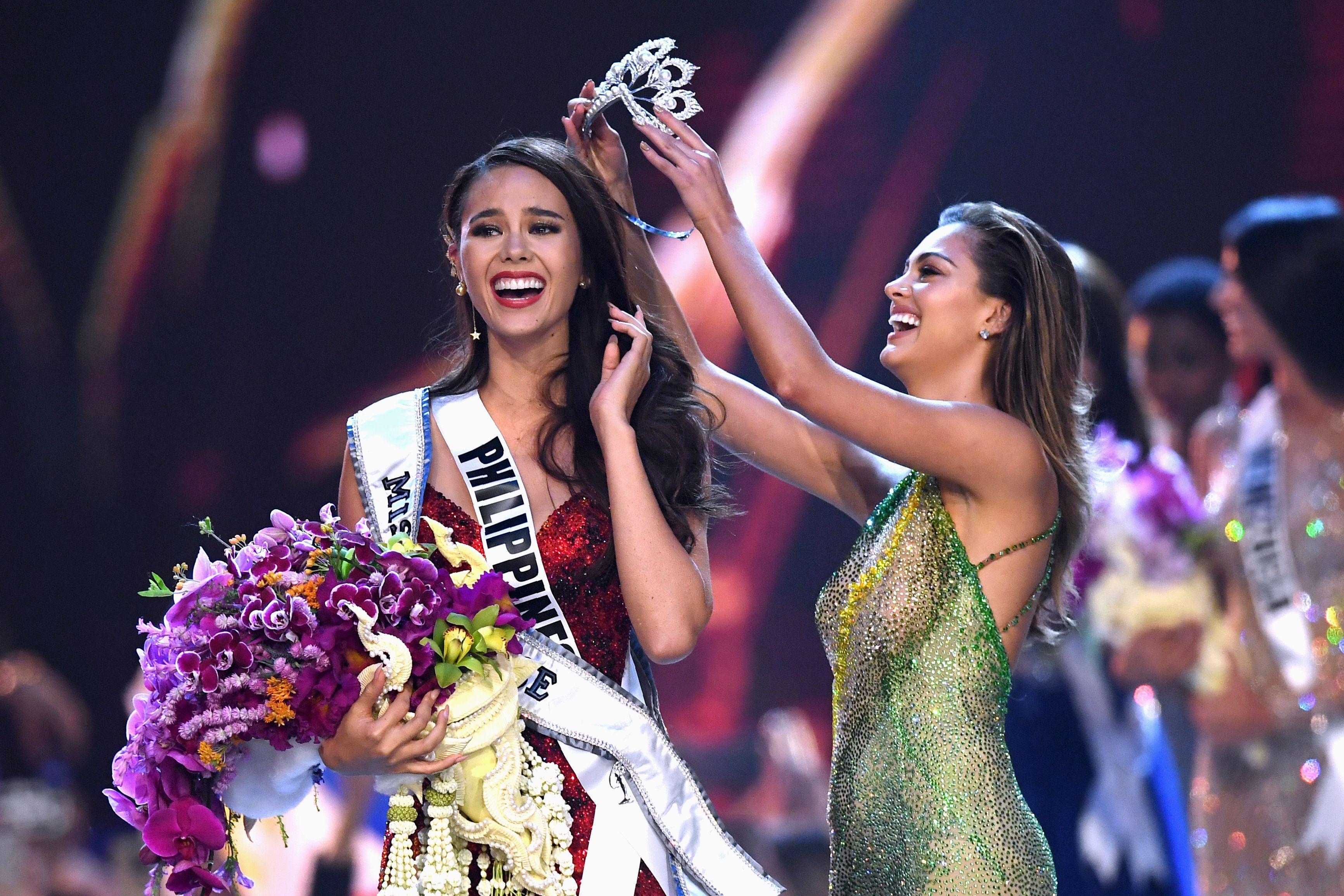 """Die 24-jährige Catriona Gray von den Philippinen hat die Wahl zur """"Miss Universe"""" gewonnen und bekommt die Titelkrone der Vorjahressiegerin Demi-Leigh Nel-Peters überreicht.Die diesjährige Siegerin ist Sängerin, Model und Showmasterin. In den Slums von Manilaunterrichtet sie zudemKinder."""