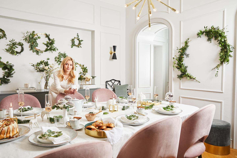 Delia Fischer an ihrer weihnachtlichen Festtafel.