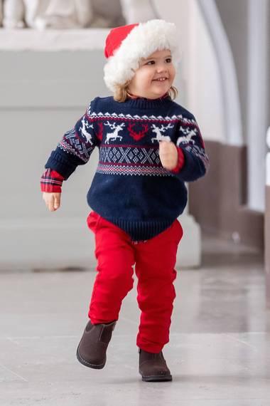 17. Dezember 2018  Nur still Posieren ist nichts für den quirligen Alexander. Mit seiner roten Weihnachtsmütze und dem Rentier-Pullover düst der freche Weihnachtswichtel durch die Gegend.