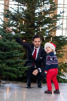 17. Dezember 2018  Das schwedische Schloss wird festlich: Diese niedlichen Bilder von Prinz Carl Philip und seinem Sohn Prinz Alexander entstehen bei derÜbergabe der Weihnachtsbäume der Studenten der Forstwirtschaftshochschule in Stockholm.