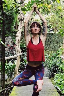 """Namaste! Wanda Badwal belegte in der dritten Staffel von """"Germany's next Topmodel"""" den vierten Platz. Zehn Jahre später hat sich einiges verändert; Wanda arbeitet als Yoga-Lehrerin und Fotografin, absolvierte verschiedene Workshops auf Bali und in Deutschland. Auf ihrem Instagram-Account inspiriert sie mittlerweile fast 18.000 Menschen mit ihrem Lifestyle."""