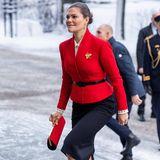 """Eine Woche vor Heilig Abend besucht Prinzessin Victoria das Seminar """"Jahrhundert des Stimmrechts"""" in einem Look, der weihnachtlicher kaum sein könnte. Ihr rotesJäckchen mit Gürtel erinnert glatt an Santa - nur eben viel stilvoller und glamouröser. Zufall oder Absicht?"""