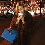 Mandy Bork genießt den Lichterzauber in Berlin. Gegen die Kälte hilft dem Model ein wärmendes Getränk.