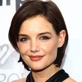 2009  Das Haar wächst langsam wieder nach, sodass Katie Holmes mit einem Seitenscheitel hinter ihre Ohren stylen kann.