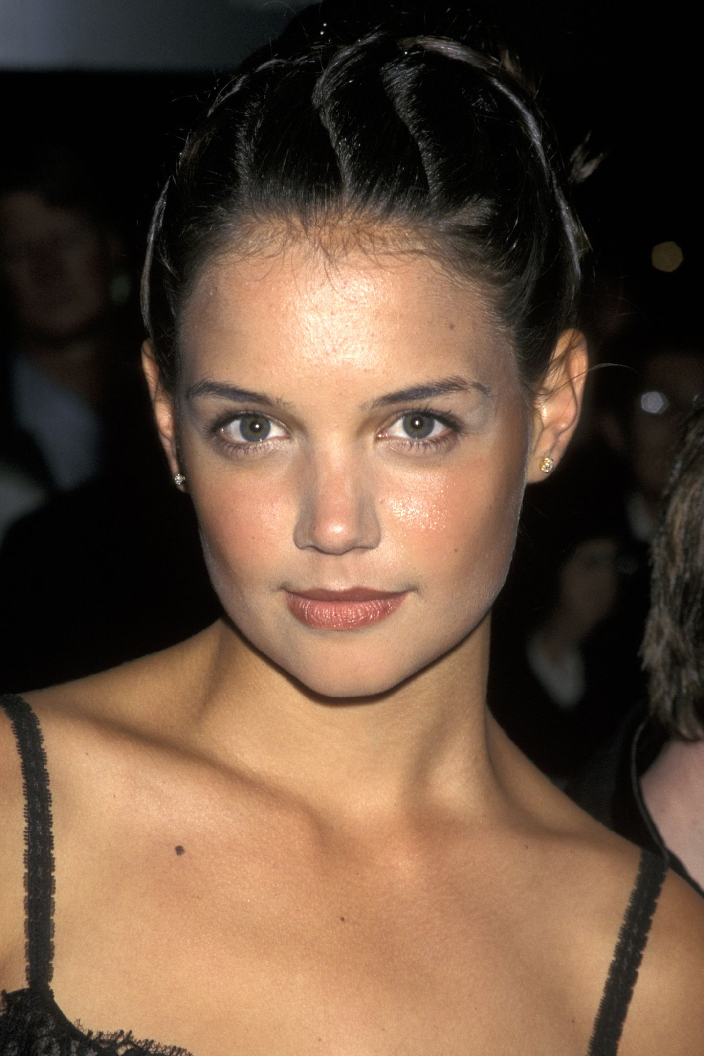 """1997  Katie Holmes steht am Anfang ihrer Karriere. Noch muss sieHighschool und Schauspielerei unter einen Hut bekommen. Daher lehnt sie zum Beispiel auch die Rolleder Buffy in """"Buffy - Im Bann der Dämonen"""" ab und hält sich erst einmal an kleinere Auftritte wie in """"Der Eissturm""""."""
