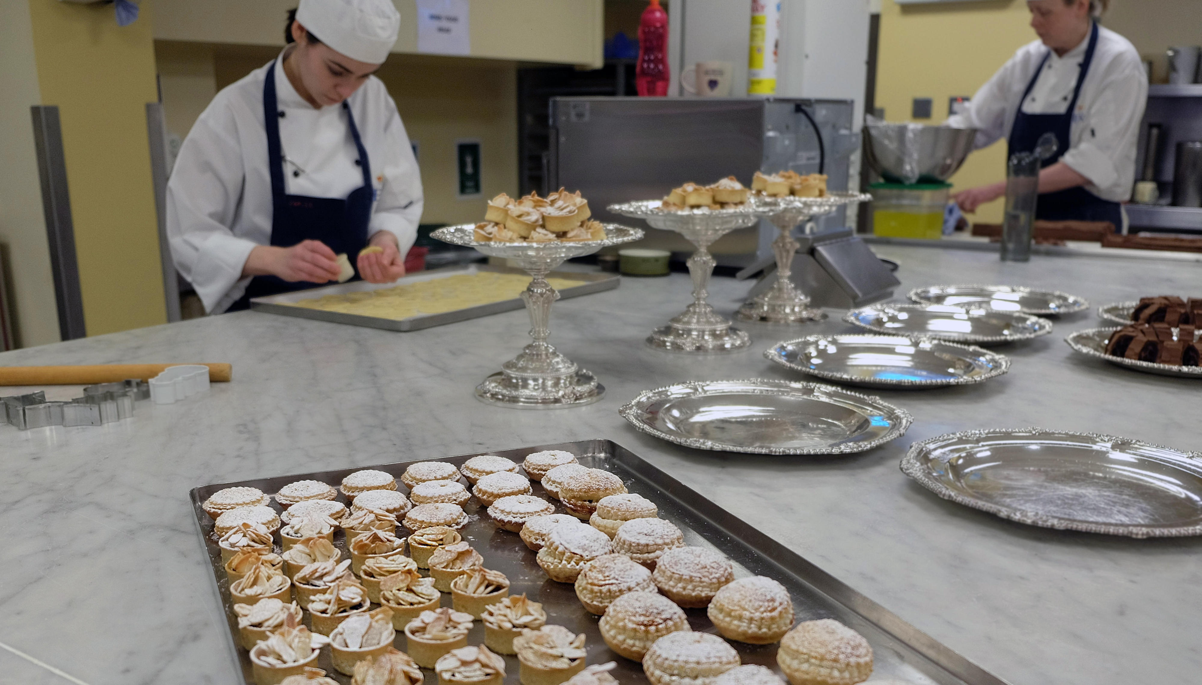 Konditorinnen in der Küche des Buckingham Palasts