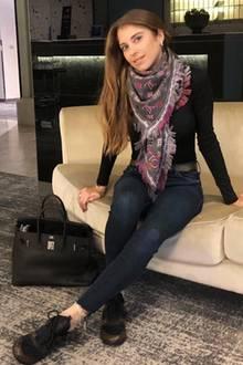 Dieser Look ist Luxus pur: Cathy Hummels zeigt auf diesem Outfit-Schnappschuss, wie viel Luxus sich in ihrem Kleiderschrank befindet. Zu einer dunklen Jeans kombiniert sie Sneaker und Schal von Louis Vuittin, sowie eine Handtasche von Hermès.
