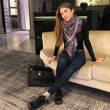 Dieser Look ist Luxus pur: Cathy Hummels zeigt auf diesem Outfit-Schnappschuss, wie viel Luxus sich in ihrem Kleiderschrank befindet. Zu einer dunklen Jeans kombiniert sie Sneaker und Schal von Louis Vuitton, sowie eine Handtasche von Hermès.