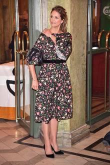 Bei einem Empfang für geladene Gäste anlässlich des 75. Geburtstags von Königin Silviaim Oscarsteatern in Stockholm bezaubert Prinzessin Madeleine in einem knielangen Blumenkleid mit Trompetenärmeln. Ohne Frage steht ihr dieses Erdem-Kleid ausgezeichnet, dennoch sind wir ein wenig enttäuscht. Im Hinblick auf das bevorstehende Weihnachtsfest haben wir uns im Vorfeldnämlich einen festlicheren Style erhofft.