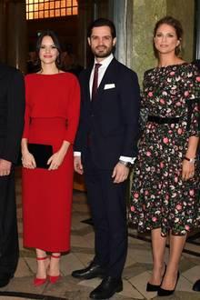 Zu den Feierlichkeiten für Silvias 75. Geburtstag wählt Prinzessin Sofia ein knallrotes, wadenlanges Kleid. Dazu trägt sie farblich passende Heels und eine schwarze Clutch. Trotz des schlichten Schnittes ist das Kleid ein echter Hingucker - besonders von hinten...