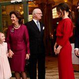 Der raffinierte Schnitt betont vor allem ihre schmale Körpermitte. Das rote Dress stammt von Designerin Lilli Jahilo und kostet 850 Euro.