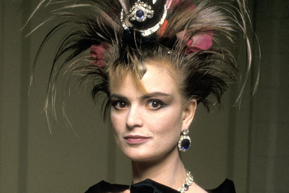 Mehr Extravaganz gehr nicht: Gloria von Thurn und Taxis zeigt sich 1987 mit einem Kopfschmuck, der etwa einen halben Meter hoch ist.