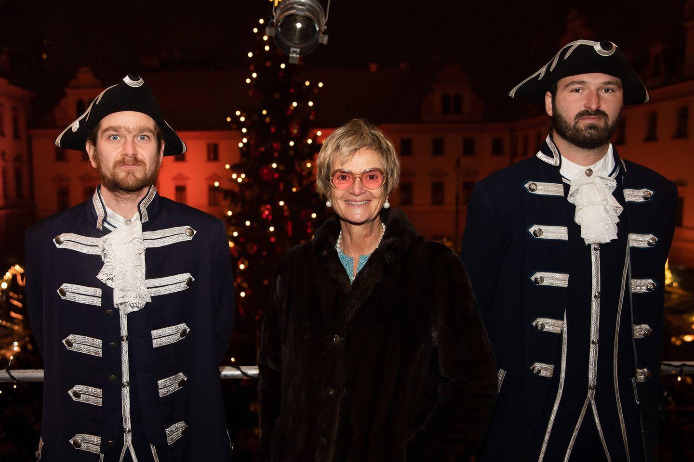 Gloria von Thurn und Taxis zeigt sich auf ihrem romantischen Weihnachtsmarkt flippig wie immer. Zu einem dunklen Mantel kombiniert sie eine getönte Brille.