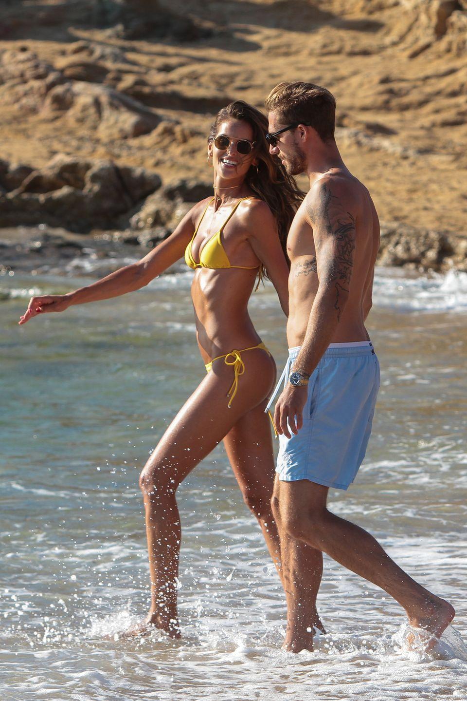Der Preis für das hübscheste Paar der Insel geht an – den Fußball- Torwart Kevin Trapp und seine Verlobte, das brasilianische Model Izabel Goulart!