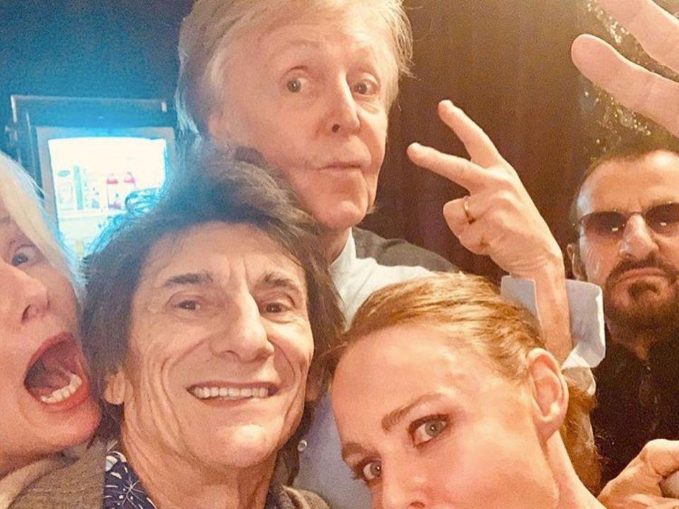 """16. Dezember 2018  """"Emma Thompson (links)ein Paar Beatles und ich ..."""", postet Stella McCartney (unten rechts) zu dem lustigen Gruppenselfie. Die Designerin feuert mit dem Post ihren PapaPaul McCartney vor einem Auftritt an."""