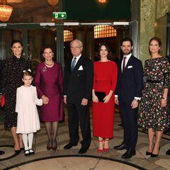 Die schwedische Königsfamilie hat zu einem Empfang für Gäste anlässlich Königin Silvias 75. Geburtstag ins Stockholmer Oscarsteatern geladen. Neben Königin Silvia und König Carl Gustaf sindauch das KronprinzessinnenpaarVictoria und Daniel mit Töchterchen Estelle, Prinz Carl Philip mit Gattin Prinzessin Sofia sowie Prinzessin Madeleine und Chris O'Neill gekommen.