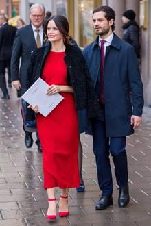 Prinzessin Sofia kommt an der Seite von Prinz Carl Philip in strahlendem Rot zur Veranstaltung.