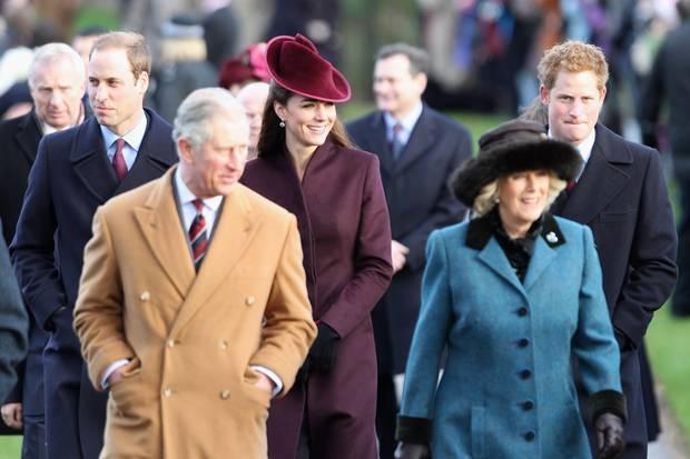Für ihr erstes Weihnachtsfest im Kreis der Royals wählt Herzogin Catherine einen beerenroten Kopf-bis-Fuß-Look.