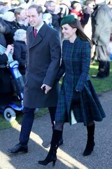 2013 ist ihr erstes Weihnachtsfest als Mutter: Herzogin Catherine recycelte einen grün-blau-karierten Mantel von Alexander McQueen.