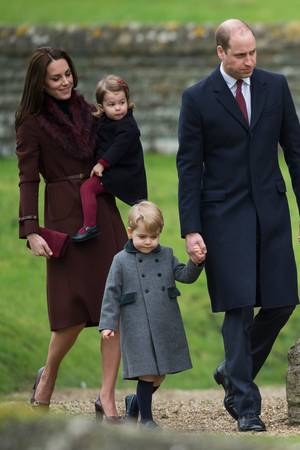 Für die Kinder ist es 2016 der erste offizielle Weihnachtsauftritt, Herzogin Catherine trägt einen kastanienbraunen Mantel von Hobbs.