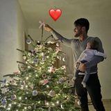Reality-TV-Star Domenico de Cicco und seine süße Tochter Lia bestaunen ihren festlich geschmückten Weihnachtsbaum.