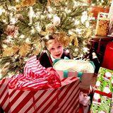 Der da ist nicht zu verschenken: Schauspieler Neil Patrick Harris postet ein süßes Foto von Söhnchen Gideon unterm Weihnachtsbaum.
