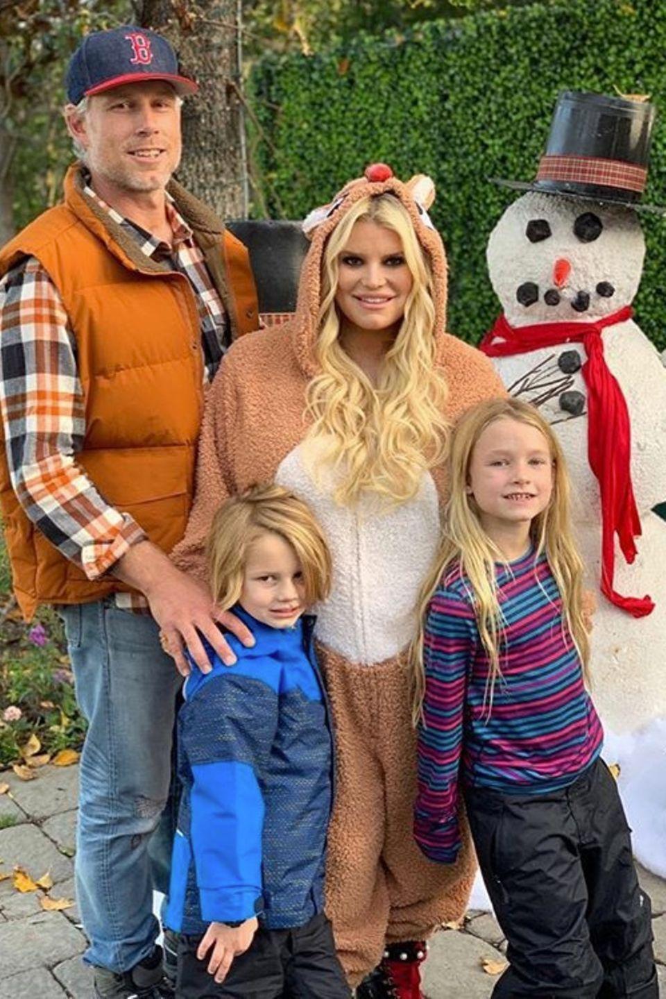 Das macht Lust auf Weihnachten: Sängerin Jessica Simpson schnappt sich ihre Familie rund um Ehemann Eric Johnson, Sohn Ace und Tochter Maxwell für ein stimmiges Gruppenfoto.