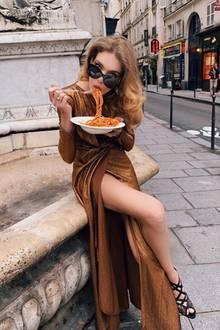 Pasta, Pomodoro, Parmesan – eine Kombi, die einfach unschlagbar ist! Das weiß auch Supermodel Natalia Vodianova und gabelt ihre italienischen Spaghetti stilecht auf einem Marktplatz in Rom auf. Die 36-Jährige genießt ihr Dolce Vita eben in vollen Zügen.