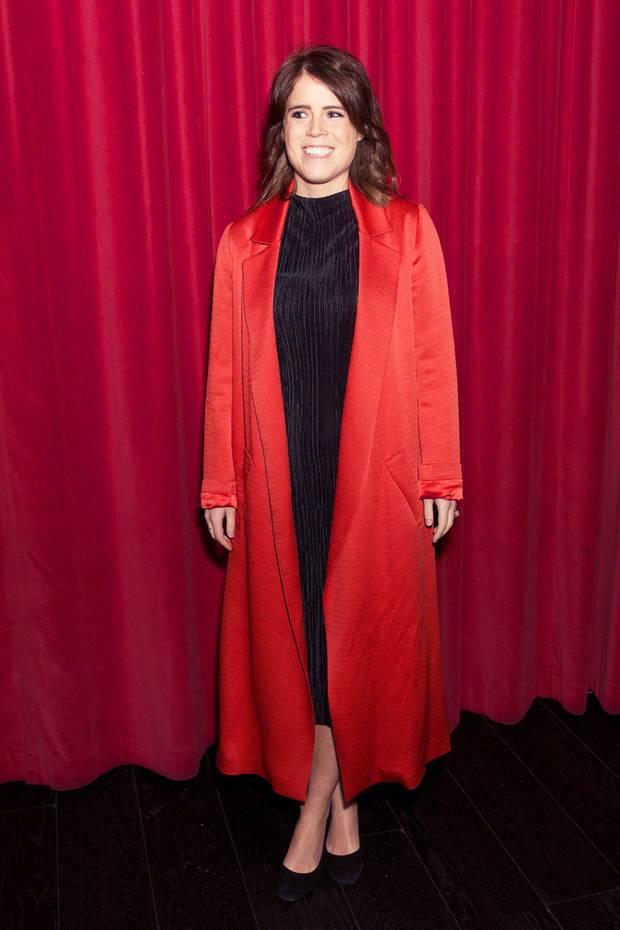 """Bei der the Charity-Premiere von """"Sharkwater Extinction"""" im Curzon Cinema in London überraschte Prinzessin Eugenie in einem ungewohnt glamourösen Look. Die Enkelin der Queen beweist ohne Frage regelmäßig ihr Gespür für Mode, dieses Outfit überrascht unsdennoch ein wenig. In ihremrotenMantel aus Seide versprüht sie echten Hollywood-Glamour."""