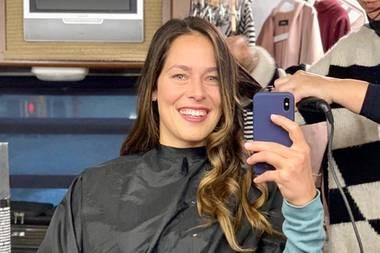 Ana Ivanovic arbeitet aktuell an einem geheimen Projekt: Auf Instagram veröffentlichtdie Tennisspielerin einen Schnappschuss aus der Maske, in der sie für ein Fotoshooting zurecht gemacht wird. Während Ana fröhlich in ihre Handykamera strahlt, scheint ihre Stylistin mit den Haaren der Sportlerin alle Hände voll zu tun zu haben.