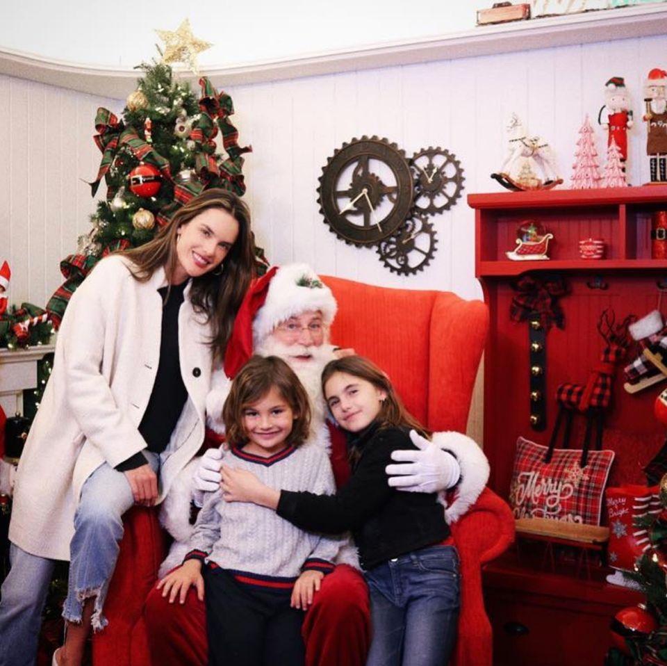 Ob die Kinder von Model Alessandra Ambrosio auch brav waren? Gemeinsam mit ihrer schönen Mutter geben sie ihre Wunschzettel bei Santa ab.
