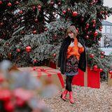 Isabell Horn posiert im weihnachtlichen Outfit zwischen Riesengeschenken und Christbaumkugeln. Die schöne Mutter freut sich bestimmt sehr darauf das Fest der Liebe mit ihrer Tochter zu verbringen.