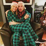 Auch Mom und Dad freuen sich über eine Extraportion Liebe in der Weihnachtszeit. Kristen Bell kuschelt im Partnerlook mit ihrem EhemannDax Shepard.