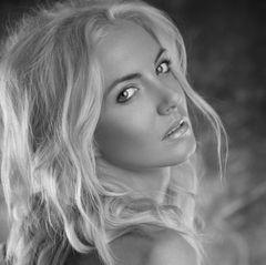 """17. Dezember 2018: Anca Pop (34 Jahre)  Die rumänisch-kanadische Sängerin Anca Pop (34, """"More than you know"""") ist bei einem Autounfall im Südwesten Rumäniens ums Leben gekommen. Taucher haben ihre Leiche in der Nacht zu Montag in der Donau gefunden. Die Sängerin war zuvor mit ihrem Auto in den Fluss gestürzt, wie die britische """"Daily Mail"""" unter Berufung auf rumänische Medien berichtet."""