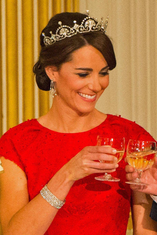 Was in 2015 so wundervoll von Kates Kopf glitzert, ist 1923 noch eine Diamantkette. Queen Mom erhält sie damals von König Georg VI. zur Hochzeit. Nur sechs Monate später funktioniert der Juwelier Garrard sie jedoch zur Lotus Flower Tiara um, die Elizabeth von dort an - wie damals üblich - vor der Stirn trägt.