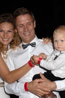 Peer Kusmagk und Janni Hönscheid mit Sohn Emil-Ocean