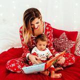 """12. Dezember 2018  """"Ich fange gerade damit an, Mia aus Büchern vorzulesen und es ihr zu zeigen. Da sie aber gerne alles selberin den Händen halten möchte und nicht abwarten kann, die nächste Seite zu sehen, muss ich mich NOCH sehr kurz fassen"""", postet Sarah Harrison zu dem süßen Foto."""