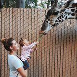 16. Dezember 2018  Sarah Harrison und die kleine Mia genießen einen Tag im Zoo. Das Füttern der Giraffe dürfte eines der Highlights gewesen sein.