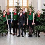 17. Dezember 2018   Das schwedische Schloss wird festlich: Diese Bilder von Prinz Carl Philip entstehen bei derÜbergabe der Weihnachtsbäume der Studenten der Forstwirtschaftshochschule in Stockholm.