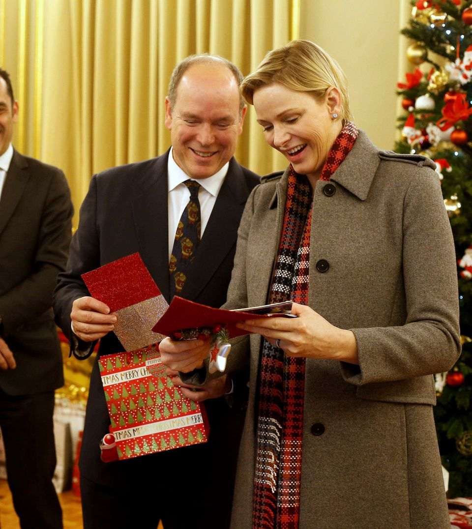 13. Dezember 2018  Fürst Albert und Fürstin Charlène verteilen beim Roten Kreuz in Monaco Weihnachtsgeschenke an Bedürftige.