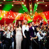 """19. Dezember 2018  Königin Máxima strahlt bei der """"Kerst Muziekgala 2018"""" (dt: Weihnachtliche Musikgala 2018) in den Brabanthallen mit den Kindern und den Gastgebern auf der Bühne um die Wette."""