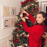 Supermodel Miranda Kerr zeigt ihre tollen Künste, beim Schmücken des Weihnachtsbaums.