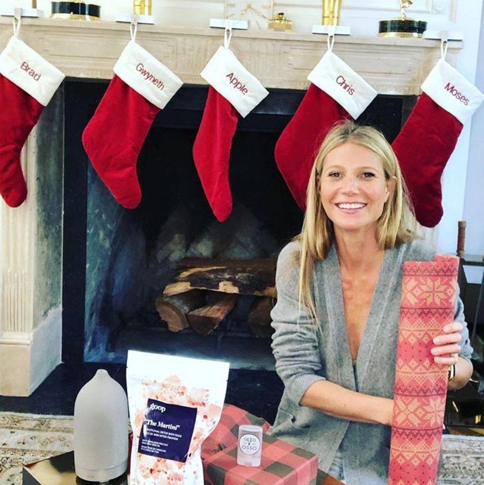 Hollywoodstar Gwyneth Paltrow gewährt einen Blick auf ihren weihnachtlichdekorierten Kamin. Auf den Socken fällt auf: Neben ihrem Ehemann Brad Falchuk und den Kindern Apple und Moses istauch Ex-Mann und Vater der Kids mit einer Socke bedacht worden.